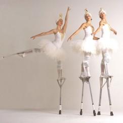 The-London-Cirque-Ballet-stilt-performance-2