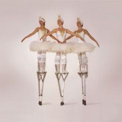 The-London-Cirque-Ballet-stilt-performance-3